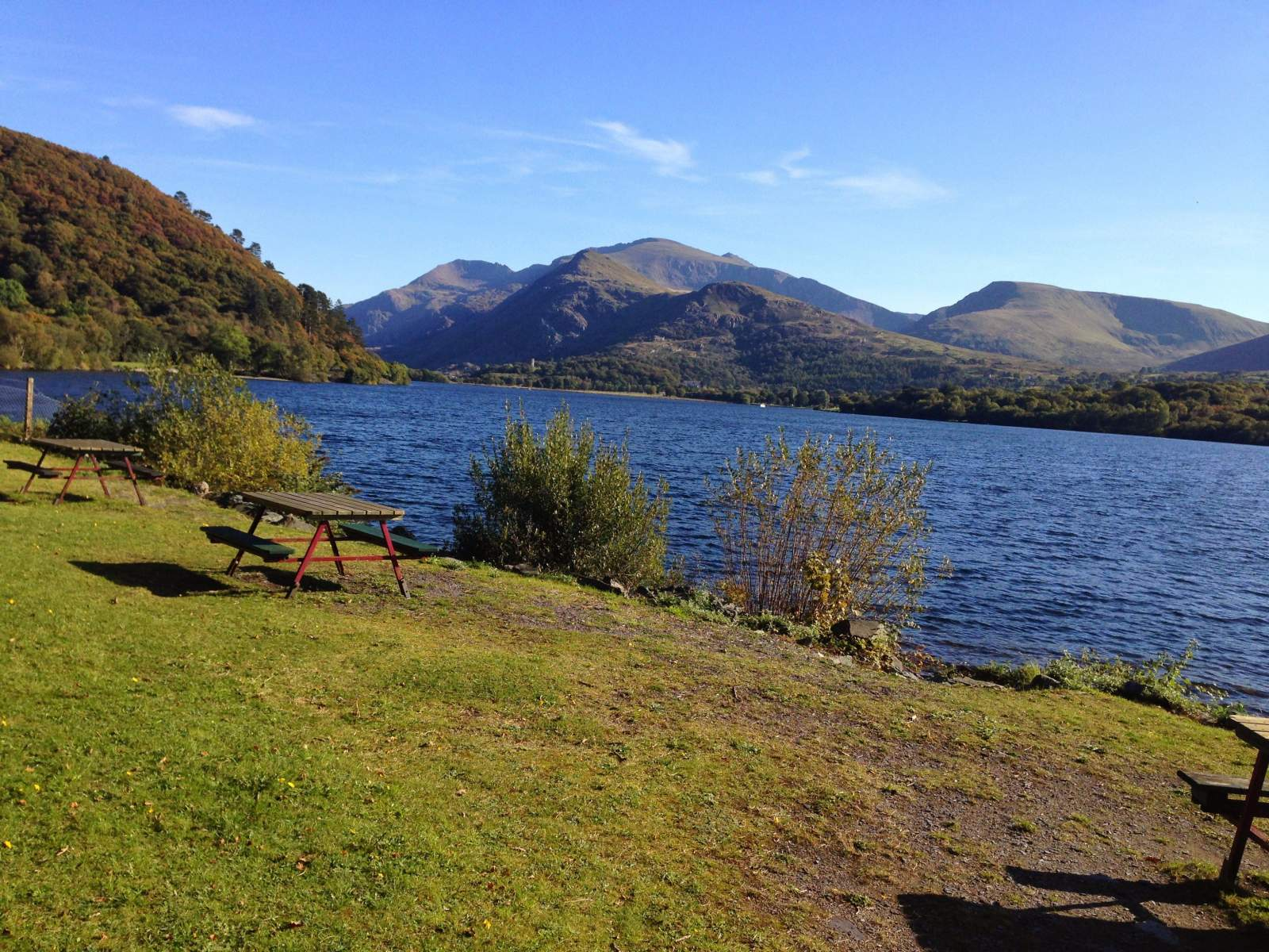 What a place for a picnic on a day out with a toddler on the llanberis lake train in wales! The station is just next to this lake and pretty spot.